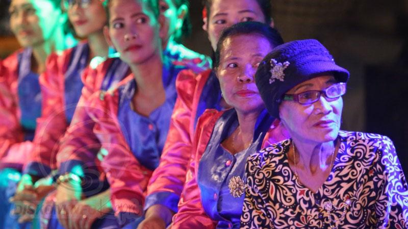Mak Dara bersama penari di kelompok Joget Dangkong yang ia pimpin di sela pementasan yang akan disiarkan streaming di media sosial dikelola Dinas Kebudayaan Kota Tanjungpinang.