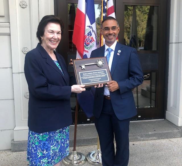 Embajadora dominicana en EEUU recibe llave de la ciudad de Lawrence