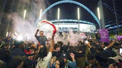 Suporter Inggris rayakan kemenangan lawan denmark