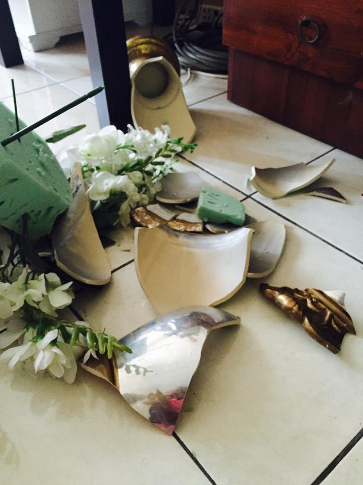 Lukisan Pasu Bunga Di Atas Meja