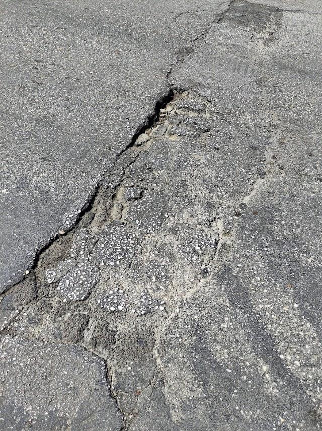 """Παντελής Φασόης: """"Ηλιούπολη, οδός Αγίου Κωνσταντίνου - 779 μέτρα με 22 λακκούβες!!!""""."""