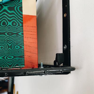 Montaż ażurowych półek na książki