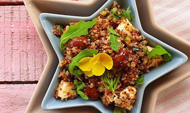 Insalata di quinoa, feta, rucola, zucchine e patè di olive Leccino