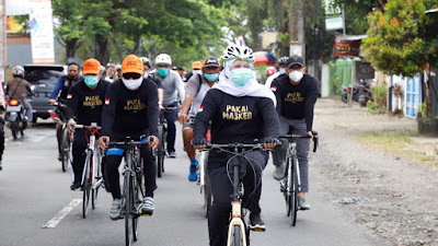 Berkaos 'Pakai Masker' Gubernur Khofifah Gowes Sambil Galakkan Protokol Pencegahan Covid-19