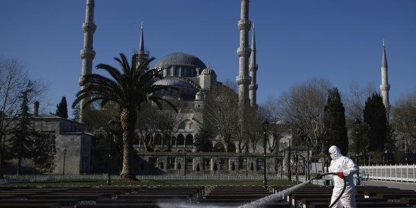 Τουρκία: Τους νέους «θερίζει» ο κορωναϊός