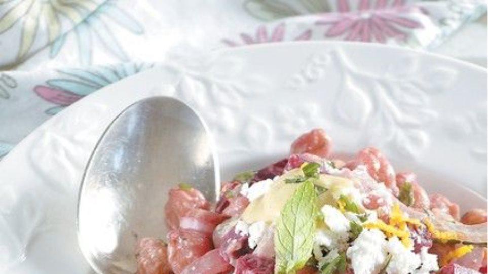 Συνταγή: Ρεβίθια ψητά σαλάτα με παντζάρι, λούζα και ξινοτύρι
