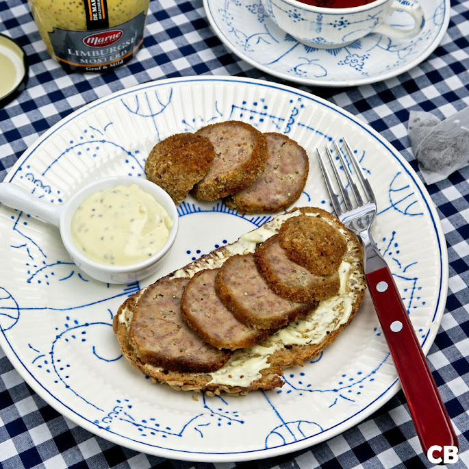 Brood met hoing-mosterdsaus en een Limburgse gehaktbal