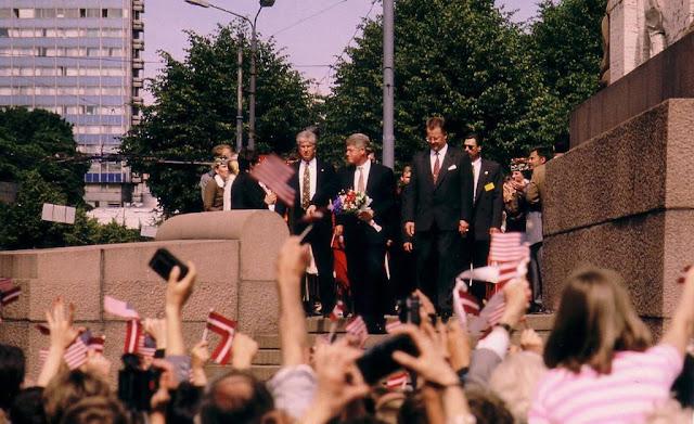 Июнь 1994 года. Бульвар Бривибас. Официальный визит президента США Клинтона в Ригу