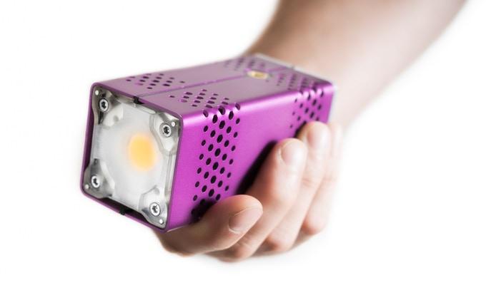 Фонарь Lightcore в руках