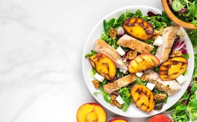 Καλοκαιρινή σαλάτα με κοτόπουλο και ψητά ροδάκινα
