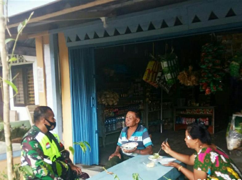 Ingin Mengetahui Kondisi Masyarakat Dusun 2 Sebayar, Babinsa Desa Sungai Ulu Lakukan Komsos Dengan Pegawai DLH
