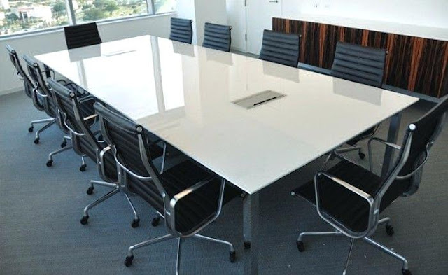 More light and space in the office thanks to the glass conference table