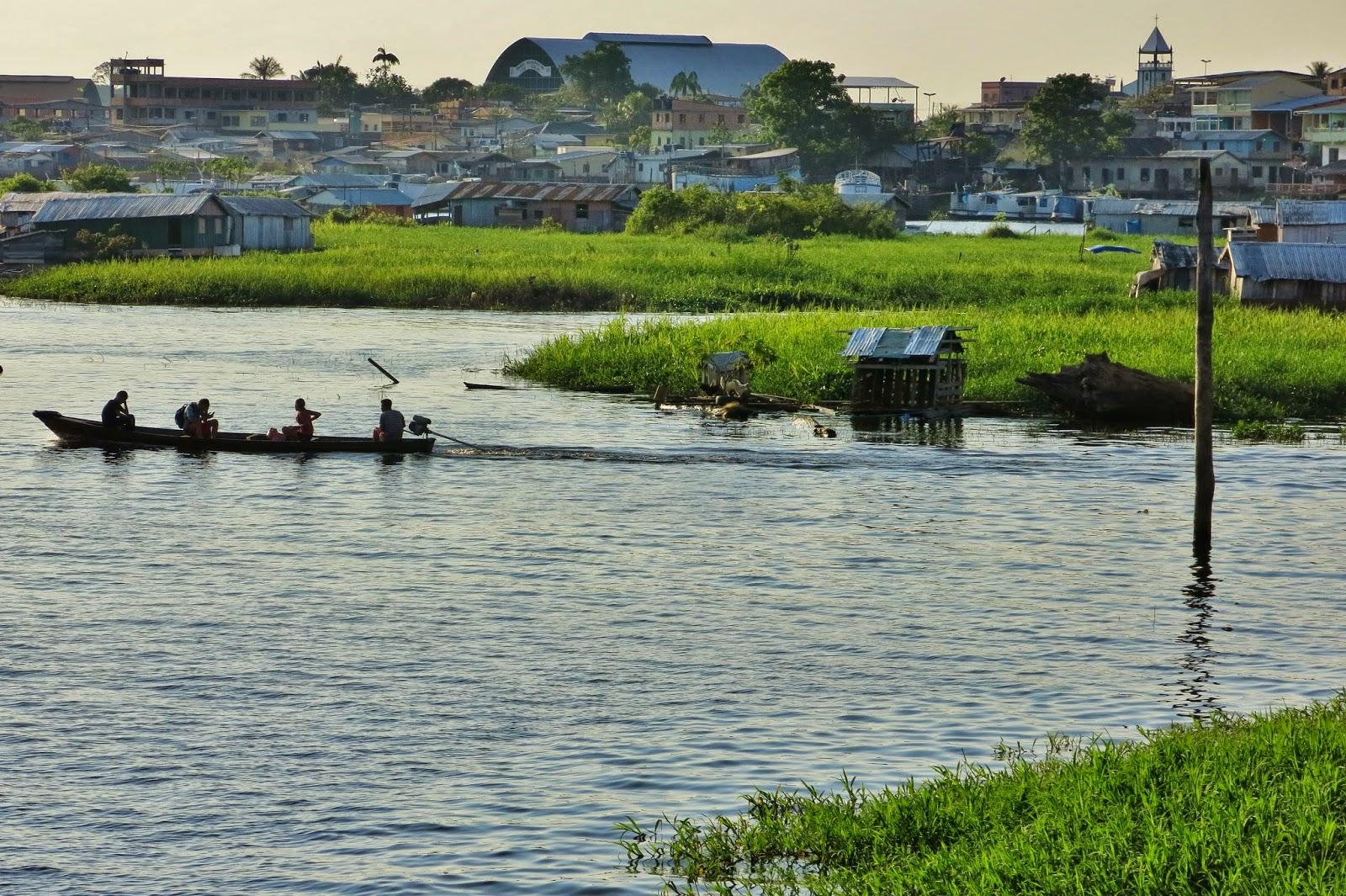 Parada do barco comunitário, na cidade de Coari