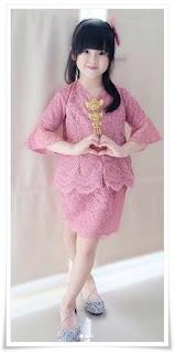 2. Model kebaya anak full brokat dengan rok pink
