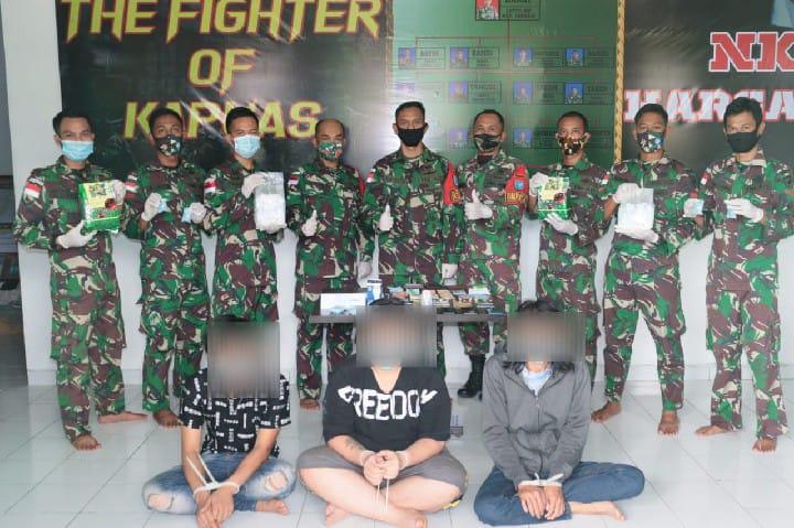 Berniat Selundupkan 4 Kg Sabu, Tiga Orang Warga Diamankan Satgas Pamtas Yonif 642/Kapuas