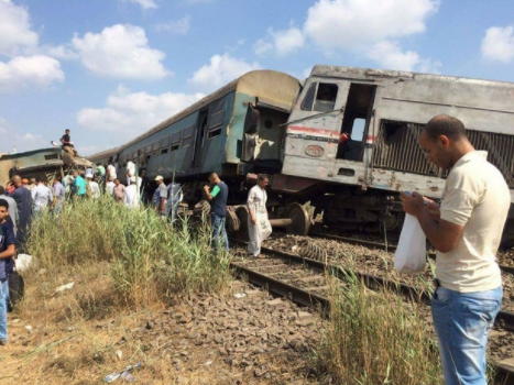 At least 10 people killed, 15 others injured in Egyptian train crash