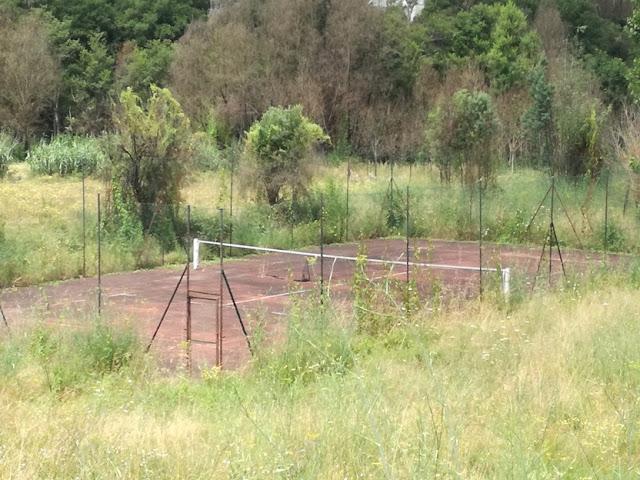 campo de ténis ao abandono em Serpins