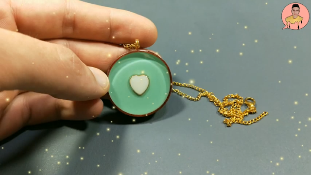 سلسلة من الريزن الأخضر بداخلها قلب أبيض