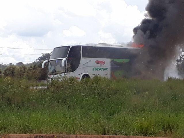 Vídeo! Fogo destrói ônibus intermunicipal a poucos instantes na BR 364