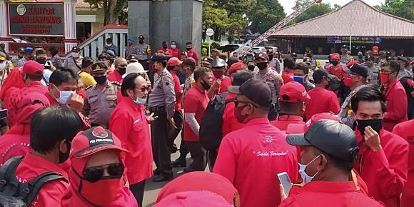 2 Kelompok Massa dari FPI dan PDIP Gelar Unjuk Rasa di Alun-alun Purwokerto
