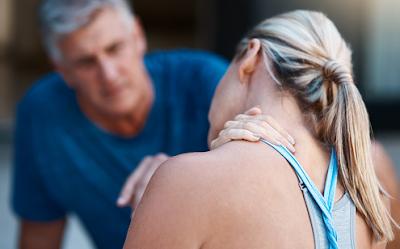 Penyakit sakit leher adalah ganggaun yang temui pada tubuh manusia. Hal ini menyebabkan adanya rasa nyeri pada bagian leher sehingga akan mempengaruhi keadaan aktivitas keseharian dari penderitanya akibat dari sakit yang ditimbulkan apabila terjadi pergerkan pada leher.   Hal ini bisa terjadi disebabkan oleh postur tubuh yang salah atau tidak menjaga postur dengan baik, salah satunya adalah dalam sikap duduk yang baik dan benar. Nah untuk menegtahui lebih lanjut dalam membaca bahasan penyakit sakit leher pada tubuh manusia, silahkan di simak dan baca dengan yang telah tersaji di bawah ini.     Penyakit Sakit Leher Pada Tubuh Manusia  Sakit leher merupakan sebuah gangguan nyeri yang mempengaruhi keadaan dari leher. Hal ini akan sangat mempengaruhi keadaan aktivitas keseharian yang akan dilakukan penderitanya, penderita akan kesulitan untuk melakukan sebuah kegiatan fungsional tubuh yaitu untuk menoleh ke kanan maupun ke kiri.  Maka dari itu penting untuk mengerti dan mengenali keadaan yang ditumbulkan oleh kondisi ini, supaya di dalam keseharian tetap melakukan pola hidup sehat dan menjaga postur tubuh agar tidak menimbulkan salah dalam memposisikan tubuh dan melakukan sebuah gerakan.  Nah untuk mengetahui lebih lanjut dalam bahasan penyakit dari kondisi ini, silahkan di simak dan ikuti dengan sebagai berikut ini :  1. Pengertian Sakit Leher  Sakit leher adalah kondisi sakit atau kondisi tidak nyaman yang dirasakan di bagian leher atau di sekitar leher. Kondisi ini terjadi ketika tulang belakang, persendian di antara tulang belakang, dan jaringan lunak seperti otot, urat, dan ligamen mengalami luka. Sakit leher merupakan kejadian yang biasa terjadi dan biasanya tidak menimbulkan komplikasi.  2. Seberapa Sering Sakit Leher Terjadi  Semua orang dapat merasakan sakit leher. Dalam hal mencegah penyakit ini dengan menghindari faktor-faktor risiko. Lakukan konsultasi dengan dokter untuk megetahui informasi lebih lanjut dalam masalah ini.  3. Tanda dan Gejala Sakit Leher  G
