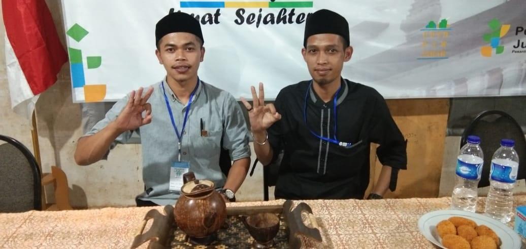 Ali Murdani dan As'ari santri dari Pondok Pesantren Miftahul Huda Langkaplancar Pangandaran penggagas Craft Souvenir Haji Batok