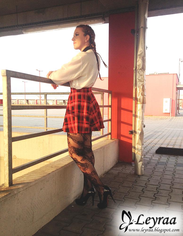 Spódnica w czerwoną kratkę, koronkowe rajstopy, szpilki, koszula vintage, warkocze dobierane, makijaż niebieskie gwiazdki robione eyelinerem