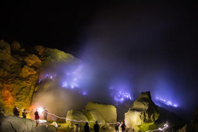 Kawah Ijen - Danau Kawah Gunung Ijen dan Api Biru Di Banyuwangi, Indonesia