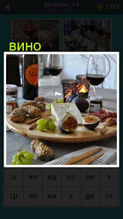 на столе приготовлена разная еда и стоят два бокала с вином