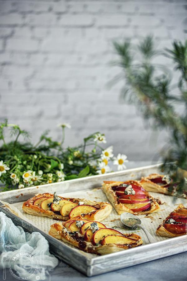 Mini tartovi sa breskvama i plavim sirom