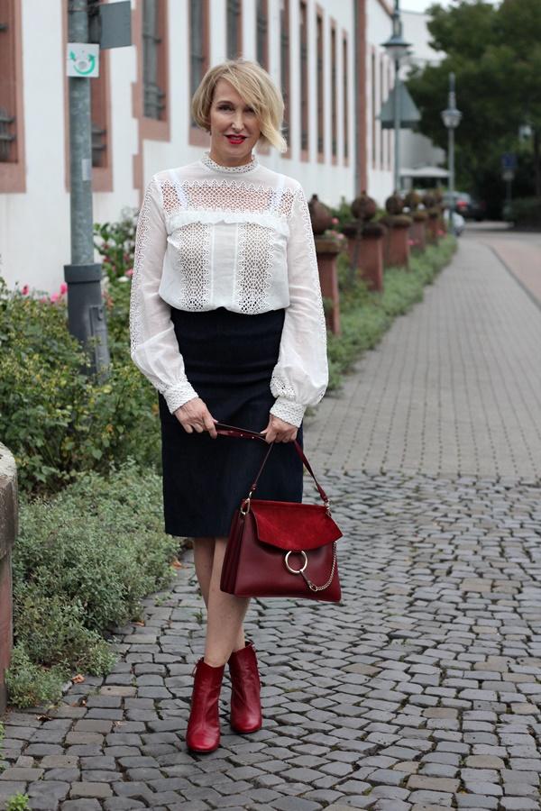 Bluse mit viktorianischem Kragen und roten Stiefeletten