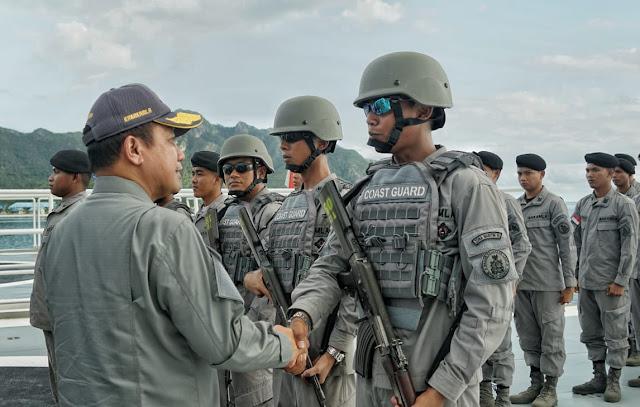 Kepala Bakamla Beri Semangat Personel KN Pulau Nipah-321 di Laut Natuna Utara