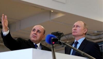 Vladimir Putin memntau situasi di Rusia dari pusat pengawasan.