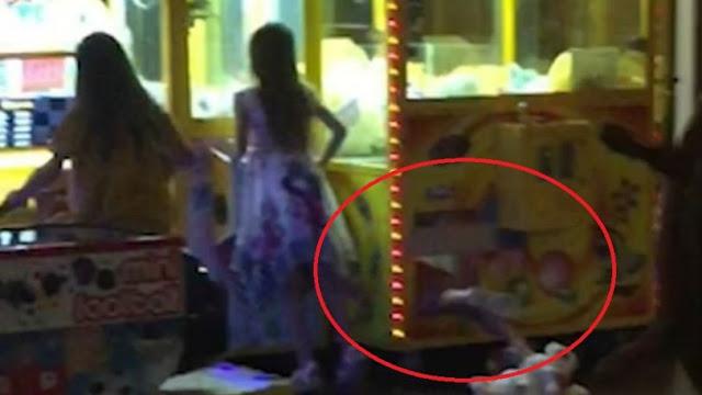 Η στιγμή που ένα 6χρονο κοριτσάκι στην Ρόδο, τρυπώνει μέσα στο μηχάνημα με τα κουκλάκια (video)