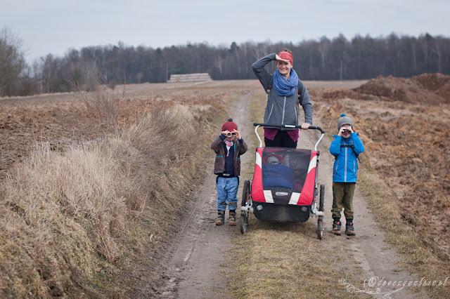 przedwiośnie, duża rodzina na wycieczce, przyczepka rowerowa