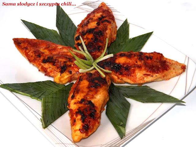 Piersi z kurczaka z  serem brie, zapiekane w sosie paprykowym.
