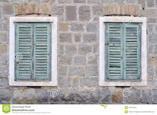 Δύο κλειστά παράθυρα το ένα δίπλα στο άλλο.