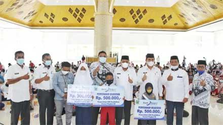 Siswa Padang Pariaman Terima Dana CSR Pendidikan dari Bank Nagari