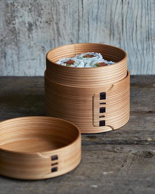 Dù ở trong nhà hàng cao cấp hay một quầy sushi nhỏ, bạn cũng sẽ nhận thấy phần lớn các quán ăn của Nhật Bản có chung một điều: sự tỉ mỉ trong trình bày. Nhiều bát đĩa dùng để bày thức ăn cũng là một tác phẩm nghệ thuật, trong đó, có Magewappa hay các đồ gỗ uốn cong.     Magewappa có xuất xứ từ Akita, một trong 6 quận của Tohohku, được làm bằng cách ngâm nước hoặc hấp gỗ đã bào (thường là gỗ tuyết tùng hoặc gỗ bách) trước khi uốn thành các hộp cơm, giá hấp… Hương thơm tự nhiên và vân gỗ càng làm tăng sự ngon miệng cho thực khách.