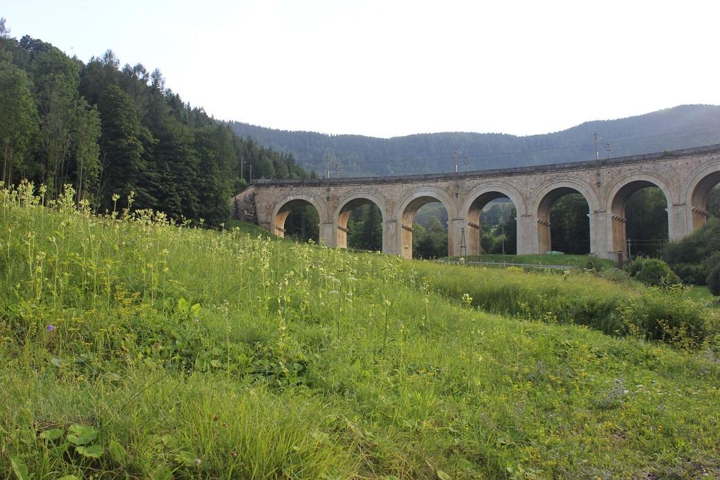 Jeden z menších viaduktů rakouské horské železniční trati Semmering
