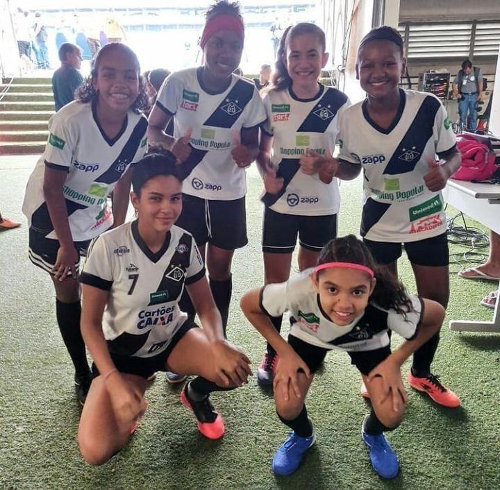 Jogadoras de futebol feminino do Mixto antes de entrar na Arena Pantanal