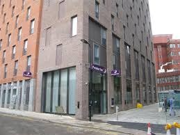Entrada del hotel Premier Inn London City Old Street de Londres.