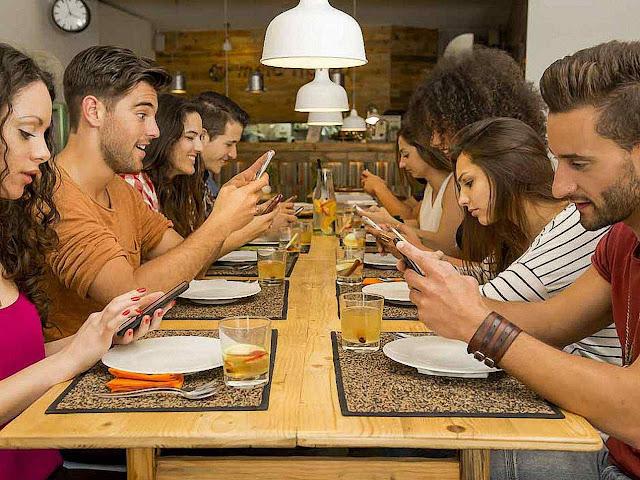 Smartphones na mesa bloqueiam a sociabilidade.