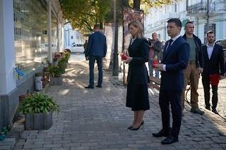 Президент України Володимир Зеленський і перша леді Олена Зеленська прийшли до Стіни пам'яті полеглих за Україну. ФОТО