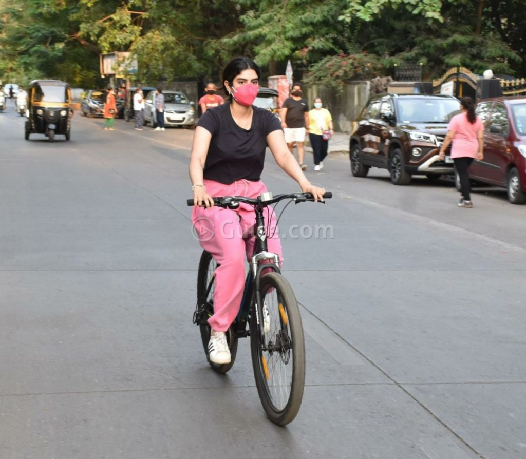 Actress Gossips: Janhvi and Khushi Kapoor Out For Cycling