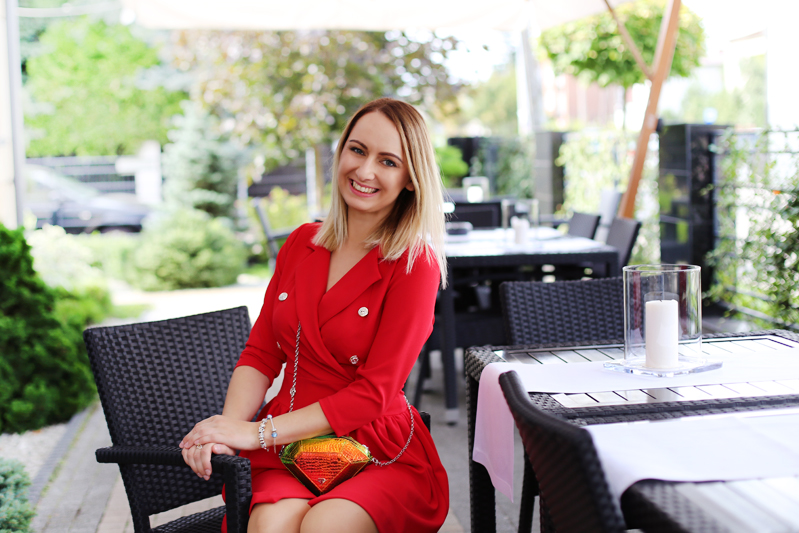 https://www.doganiammotyle.pl/2018/08/czerwona-sukienka-w-stylizacji-na-slub.html#more