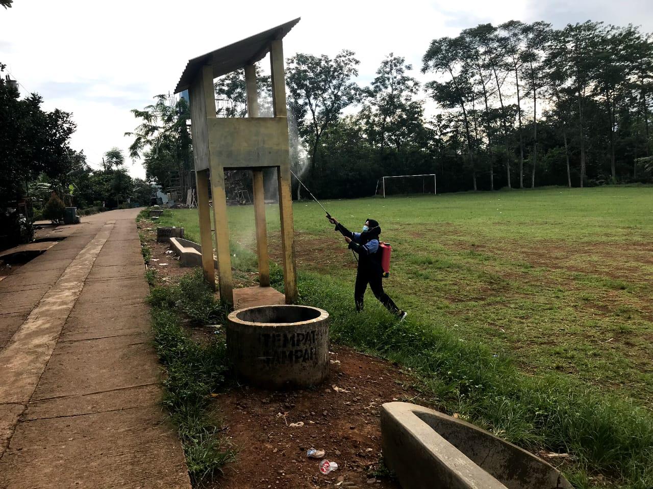 Penyemprotan disinfektan oleh mahasiswa uin walisongo