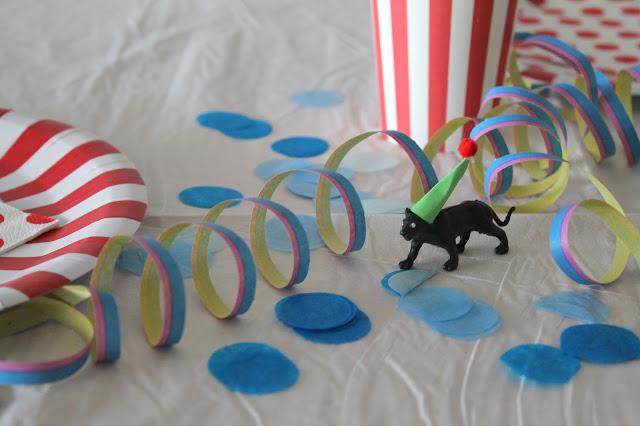 Tischdeko Zirkus-Geburstag gedeckter Tisch Kindergeburtstag rot weiss