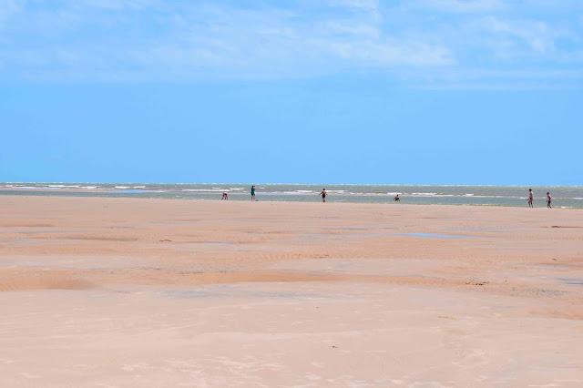 praia onde o rio encontra o mar
