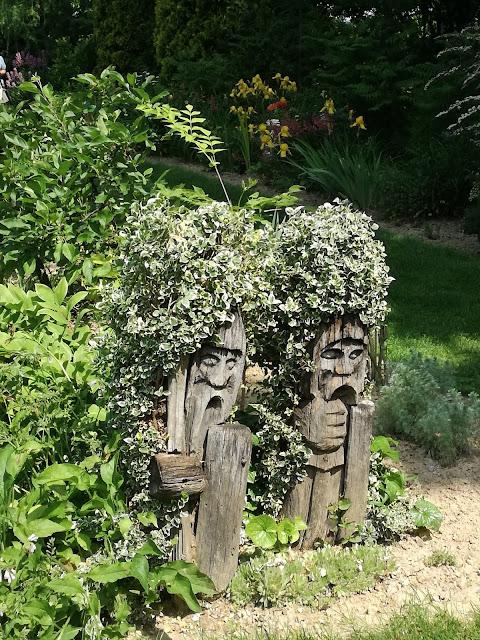drewniana rzeźba w ogrodzie